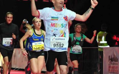 Läufer mit Herz in Frankfurt beim Stadtmarathon